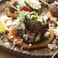 Turkish kofta on an Aviko Reibekuchen (potato fritter) with grilled vegetables, feta and cacik